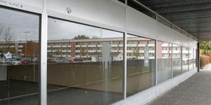 Tomma lokaler, smutsiga fönster och öde gångar präglar nuvarande Bjurhovda centrum.