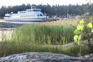 Hej då! Ögästerna lämnar Ålö brygga med kvällsbåten.