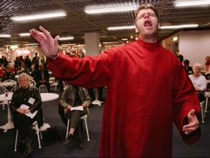 Gospel, som här där Lasse Erksson leder sin kör Credo skulle vara ett sätt att göra kyrkan mer attraktiv, tror skribenten. Foto: Fredrik Persson