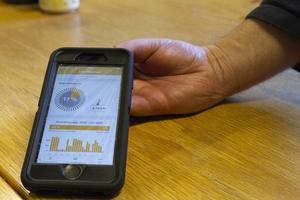 Via appen på sin mobil kan Sven-Erik följa produktionen av el som panelerna genererar.