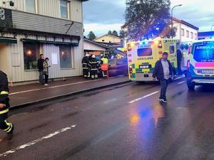Personbilen försökte väja för EPA-traktorn och körde in i gaveln på en restaurang i centrala Älvdalen.