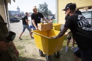 En transportgrupper gör sig reda att packa en beställning för vidare transport till en av depåerna.