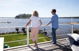 Mia och Göran har byggt och målat staketet.