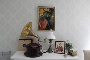 En gammal grammofon är ett fint blickfång på en byrå.