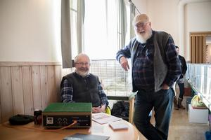 Bröderna Göran Stolpe och Johny Stolpe är ordförande i sina respektive kaninavelsföreningar. Görans uppgift är att väga in kaninerna.