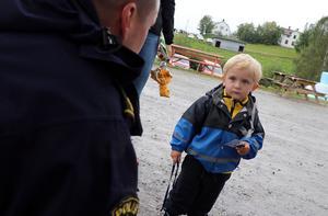 Erik Ellner hade ett litet samtal med lokalpolisen som åter fanns på plats för personliga möten.