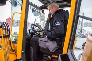 I traktorhytten har Mats Hammarström det varmt och gott, annat är det för de som skottar för hand.