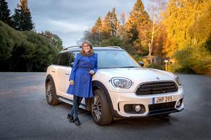 Anna Felländer med sin Mini Cooper, Countryman, årsmodell 2017.