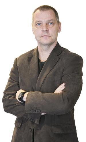 Mats Laggar, har förutom många meriter inom journalistiken, även varit informationchef på Försvarsmakten för svenska militära insatser utomlands, i Libanon, Tchad och Afghanistan.