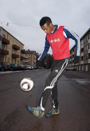Abbe Saidbangura har startat UF-företaget Having fun together som har en verksamhet som riktar sig till unga i åldern 12-13 år och med integration, jämlikhet och fotboll som viktiga delar.
