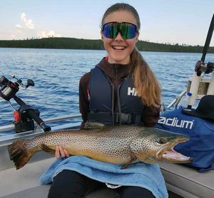 Wilma Helmersson rivstartade fiskeligan med en öring på drygt 5,1 kilo. Öringen fångades i Hundsjön, Sveg.