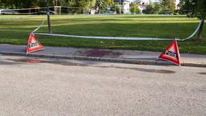 Här på trottoaren låg den knivhuggna mannen när polisen kom till platsen. En förbipasserande bil hade stannat för att hjälpa den skadade och de som var i bilen ringde efter ambulans.