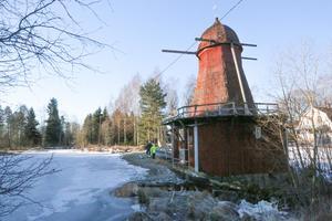 Kånsta kvarn ligger utmed riksväg 52, strax  öster om Sköllersta i Hallsbergs kommun. De flesta känner inte till den. Men nu blir platsen känd som inspelningsplats för tv-programmet Sommar med Ernst.