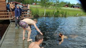 Förutom att fiska storöring och gädda i Kårtjärn så passade leksingarna på att ha en lagkappsimning.