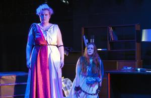 Rebecca Hellbom som Elektra och Amelie Flink i rollen som Ilia i Mozarts