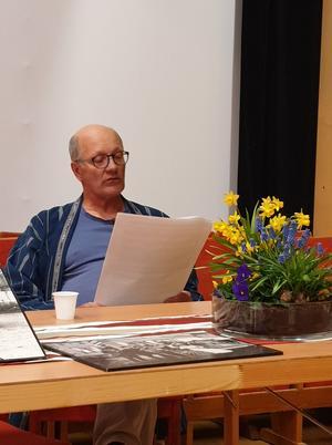 Fredrik läser för oss. Foto: Agneta Sjöberg