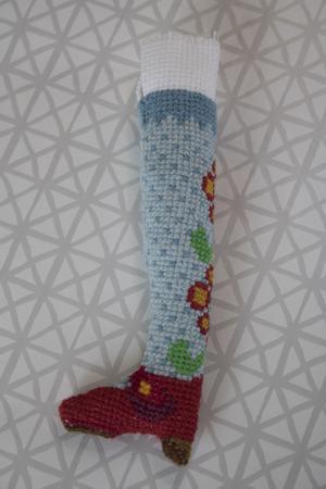 En broderat ben som väntar på att broderas på en av Kicki Jonsson tredimensionella figurer.