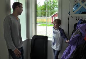 Jens Strandell med sonen Nils som går i tredje klass.