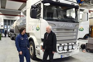 Christer Sjöberg, som kör Arlamjölk, var förste kunden hos Berners nya lastbilsverkstad i Birsta. Här i samspråk med mekanikern Richard Persson.