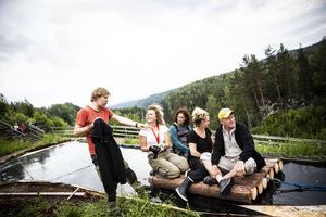 Regissör Karl Seldahl övervakar arbetet med den nya timmerflotten som ska vara lättare att dra och ha mer stadig riktning. Scenograf Helena Uggla, Skaparverkstans ledare Sara Lindström, projektledare Kajsa Linderholm och skådespelaren Thomas Hedengran (som spelar Dunderklumpen) provåker.