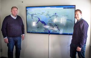 Regionchef Mats Nilsson och chef för stadsnätet i Östersund, Håkan Lundgren och en karta som visar var IP Only hittills projekterat fiberdragningar.