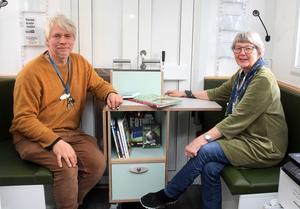 Joakim Björnberg, en av bokbussens chaufförer, och bibliotekschef Ingrid Olsson  i den nya rymligare bokbussen som snart är i farten på allvar.