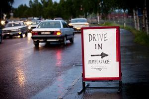 Road Runners ordnade Drive In och sålde hamburgare och korv till raggarna.
