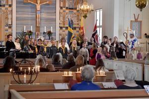 Sång och musik med kör, ungdomskör och barnkör i samband med mässan i Särna kyrka. Längst till höger biskop Mikael Mogren.