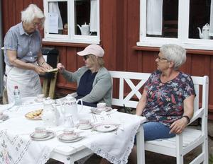 Ann-Britt Molander Johansson överlämnar vinsten till Lisbeth Anderberg medan Maria Holm väntar på sin tur. Foto: Tommy Kroon