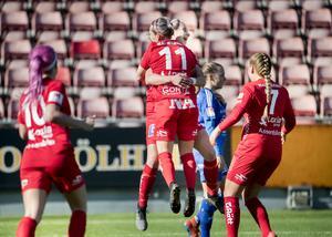Heather Williams och Jenna Hellstrom, två nyckelfigurer i matchen, firar Williams 1–0-mål för Kif. Som vann premiärien i damallsvenskan med matchens enda mål. Bild: Kicki Nilsson/TT