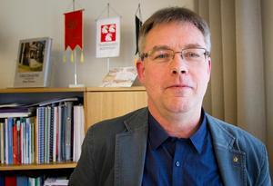 Mikael Löthstam, kommunstyrelsens ordförande, är kritisk till beslutet om att Kronofogdens kontor läggs ner i Hudiksvall.