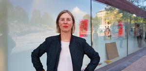 Nina Beckmann berättar att utställningen handlar om affischens genomslag, hur en bild kan bidra till förändring av samhället och av oss själva.
