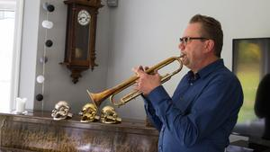 """Fem bra trumpeter och några """"skräplurar"""" har Sonny Espling. Lutad mot en väg står en didgeridoo men den är, i alla fall än så länge, bara en prydnad."""