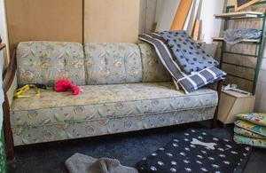 Inne i ladan, utanför boxarna kommer det finnas en lekyta. Det här är en del av den, så den hund som vill kan få ligga och tugga på en leksak i soffan.
