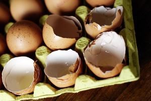 Enligt polisanmälan kastades ägg på bilen från en bro i Arboga.