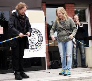 Elisabeth Eriksson och Carina Isaksson invigde kulturstigen. Invigningen skedde på trappan vid Edsbyns bibliotek. Bosse Hansson blåste en fanfar på sin trumpet.