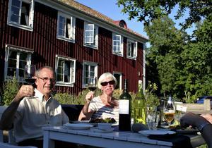 Bengt och Anitha Johansson skålar under middag på Stora Frögården.