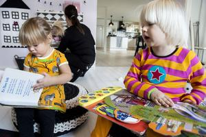 Barnen tycker om att läsa böcker och att laga mat i deras egna lilla kök.