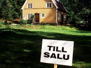 Mäklaren anklagas för att ha sålt en villa till sig själv – för underpris. Varken huset eller mäklaren som skylten tillhör har något med artikeln att göra.