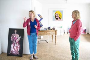 Systrarna Marie och Karin Grönlund var Kjartan Slettemarks medhjälpare sedan 1980-talet.  Fotografiet till vänster med Slettemark i gasmask togs den 10 september 2001 och ledde till spekulationer om konstnären på något sätt varit delaktig i terrorattentatet mot World Trade Center.