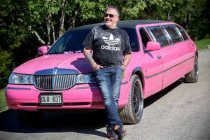 Lacke Jonssons rosa limousine mäter 8,6 meter och har plats för nio passagerare.