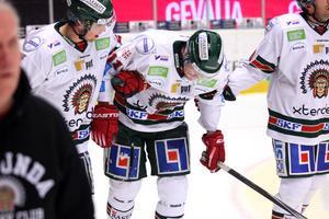 Frölundas Magnus Kahnberg leds för sista gången av isen under matchen mellan Brynäs IF och Frölunda HC i Gavlerinken 2015. Foto: Mats Åstrand / TT