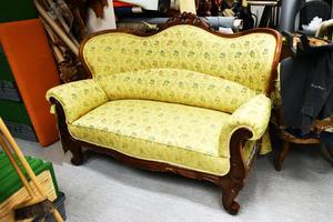 En soffa som fått nytt liv inne på Wibergs möbler, dock inte klar ännu.