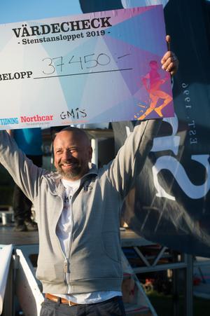 Pengar samlades in till Göran Melins insamlingsstiftelse. 37 450 kronor kunde Fredrik Hallstensson ta emot i en check.