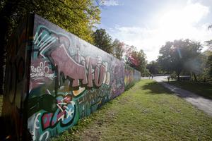 Graffitiväggen i Kvarnparken har nog fått en och annan förbipasserande att stanna upp.