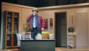 Lennart Hämäläinen finns med på scenen under hela föreställningen som den konflikträdde Conny Lager.