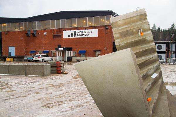 Gården runt fabriken var fylld med trappor, redo att levereras till kunderna.