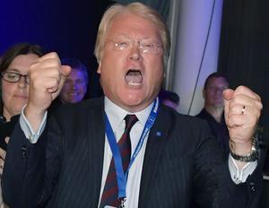 Segervrål på valnatten för Lars Adaktusson ny riksdagsledamot från Dalarna. Foto: Jessica Gow / TT