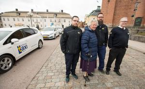 Nöjda, men av olika anledningar, över den särskilda taxan för taxikunder som fyllt 65 år. Solveig  Arons, Falun, en av de första som nyttjat möjligheten tillsammans med chaufförerna fr v Christian Hagman, Stefan Sundin och Per Johansson.