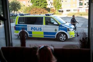 Den polisiära närvaron har ökat. Under onsdagskvällen rullade polisbilar förbi  utanför pizzerian vid flera tillfällen.